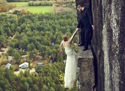 惊心动魄!这对新婚夫妇在百米峭壁上拍婚纱照-金融微周刊