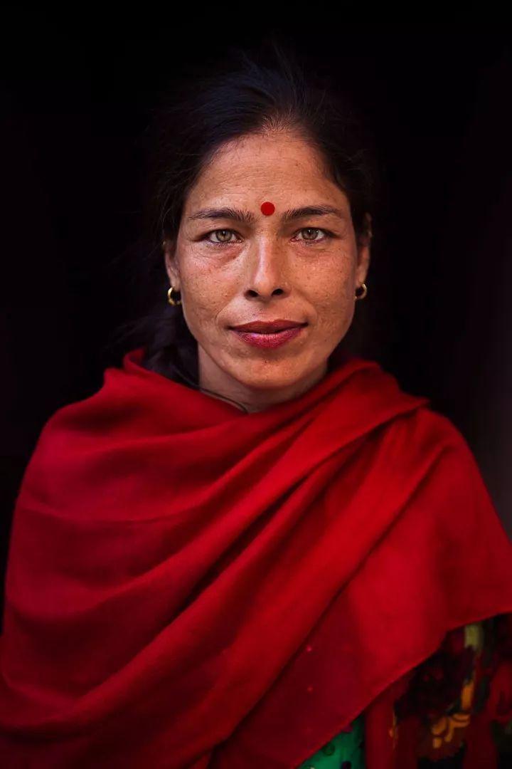 4年拍了500位姑娘,她彻底颠覆了网红脸-金融微周刊